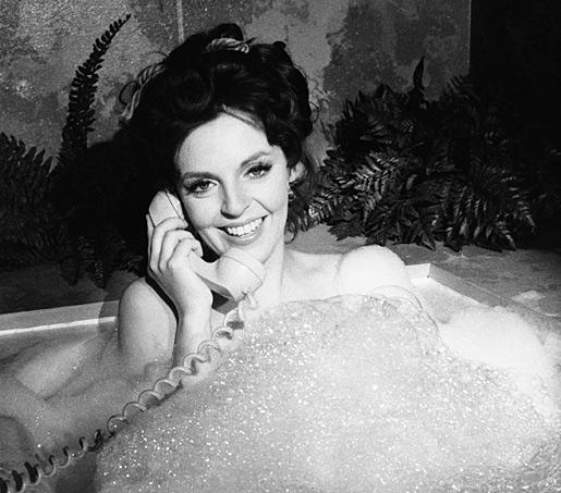 date-a-girl-who-takes-baths-bathtub-diva